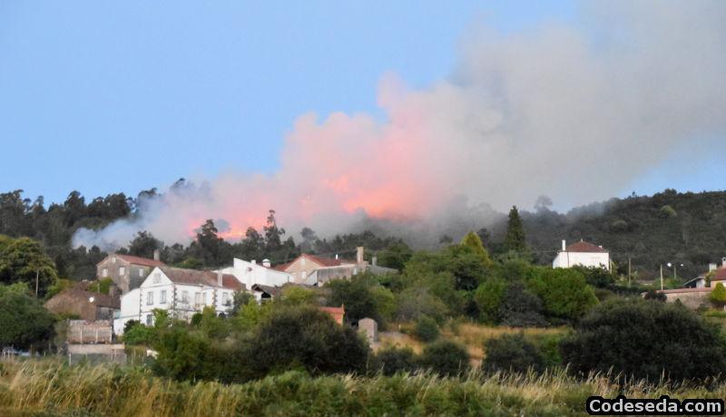 incendio-forestal-galicia-a-estrada-fuego-viviendas