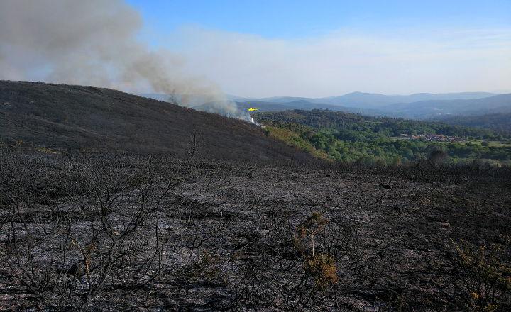 incendio-lume-galicia-sabucedo-estrada-forcarei