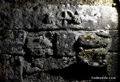 puerta-camino-de-santiago-peregrinos-conchas-vieiras