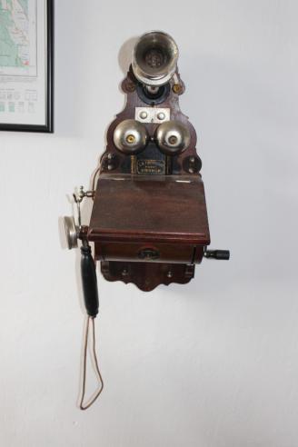 telefono-antiguo-magneta-manivela-operadora